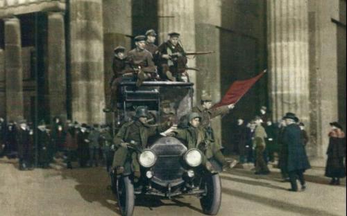 Castillo de naipes - Rosa Luxemburgo - 11 de Enero de 1919 - publicado sin nombre - formato pdf Soldados-revolucionarios-ondeando-la-bandera-roja-frente-a-la-puerta-de-brandenburgo-en-berlc3adn-el-9-de-noviembre-de-1918